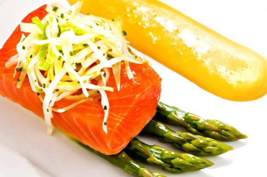 Varm røykelaks med asparges