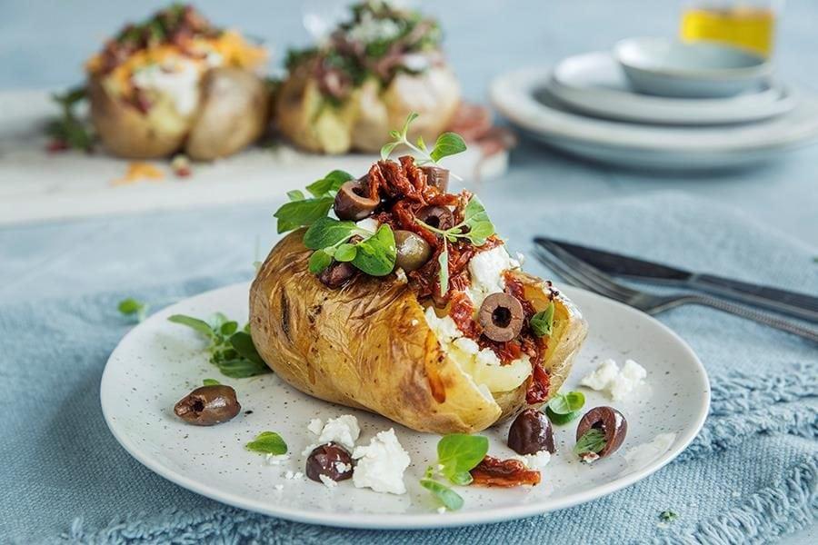 Bakt potet med fetaost, soltørka tomater og oliven